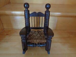 antiquité chaise bercante en bois pour poupée
