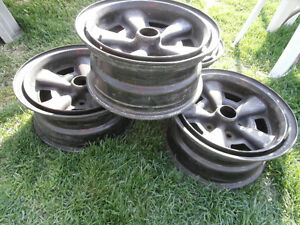 Z28 camaro rims 15 inch asking $120  514-803-4656    door track