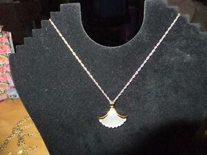 Vintage Pre-Owned Like New AVON Necklace gold tone with shell sh West Island Greater Montréal image 1