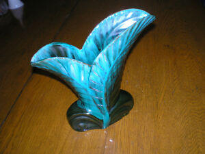 BLUE MOUNTAIN POTTERY FEATHER LEAF VASE GREEN DRIP GLAZE -$39.99