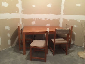 OAK TABLE WITH 4 CHAIRS - GREAT CONDITION!!!