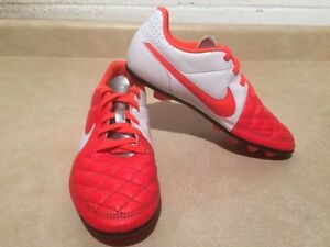 Youth Nike Outdoor Soccer Cleats Size 4 London Ontario image 3