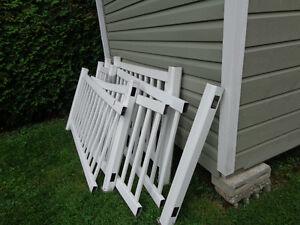 rampe en pvc et planches de patio