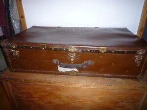 Large vintage trunk. Grand coffre vintage