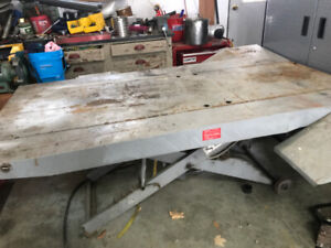 Snowmobile lift table