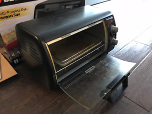 Black & Decker 4-slice Toaster Oven in excellent condition