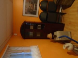 frigo et cuisiniere et bibliotheque et fauteuil West Island Greater Montréal image 3