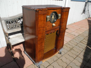 1939 Vintage working floor model radio