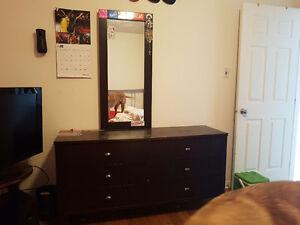 Meuble de chambre avec miroir et table de chevet