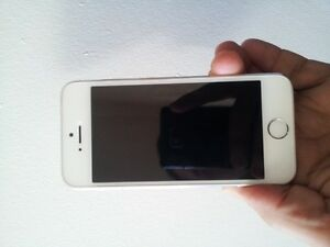 White/silver iPhone 5s is in absolute Perfect condition