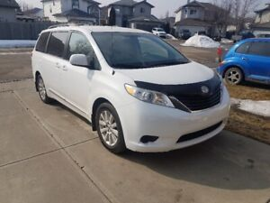2013 Toyota Sienna LE AWD, backup cam, remote start, 92,000 km.