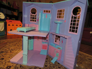 Barbie folding doll house in exc. condition