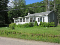Waterfront Cottage, lac Cayamant, Quebec