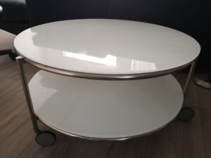 Rolling Coffee Table In Excellent Condition $89
