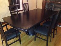 Table de salle à diner et chaises