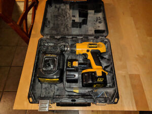 DeWalt 14.4 volt Cordless Drill With 2 battery's Charger and Cas