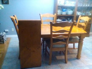 Solid dinning room table and chairs