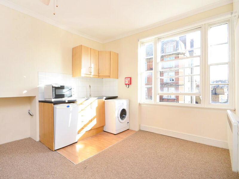CHARMING, NATURALLY BRIGHT & SELF-SUSTAINED studio with kitchenette, in heart of Notting Hill