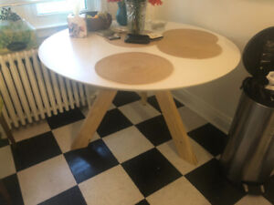 Structube round dinner table