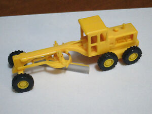 HO scale tractor/grader for electric model trains