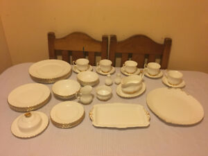 Royal Albert Val D'or - 5 place settings + serving