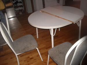 white table w. leaf and 4 chairs Cambridge Kitchener Area image 1