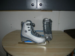 WOMENS RECREATIONAL FIGURE SKATES>>>>SIZE 9>>>price reduced