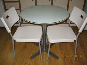 table Ikea avec 2 chaises blanches