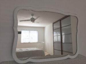 """Grand miroir antique vintage blanc en bois 44""""larg x 33""""haut"""