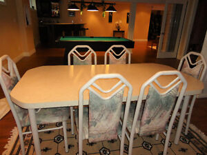 Dining Table with Chairs in Excellent Conditon