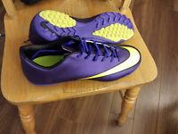 Chaussures de soccer NEUVE size 43 UK 8.5