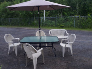 2 set de table de patio dont 1 set complet avec 4 chaise,parasol