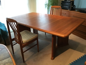 Beautiful Teak Dining Table c/w 8 matching chairs