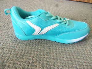 YOUTH SZ 13 N.W.T. OLD NAVY RUNNING SHOES Windsor Region Ontario image 3