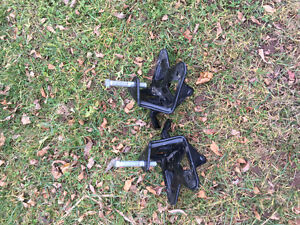 set of snap up brackets for weight d hitch   MAIN POUR ROULOTTE