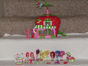 FOR SALE STRAWBERRY SHORTCAKE HOUSE W/DOLLS AND FURNITURE