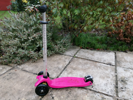 Maxi micro scooter in raspberry pink colour