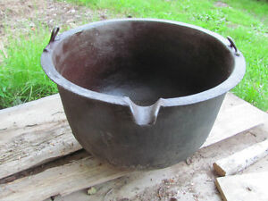 Vintage cast iron cauldron 24 inches in diameter,16 high $298