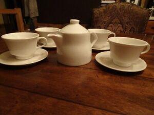 Ensemble à thé neuf ! ( Théière + 4 tasses et 4 assiettes)