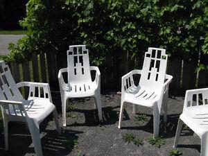 a vendre 100$ négociable 8 chaises de patio de signature