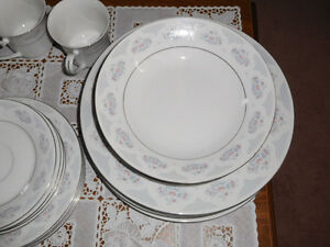BEAUTIFUL 20 PIECES PORCELAIN DINNER WARE SET. West Island Greater Montréal image 4