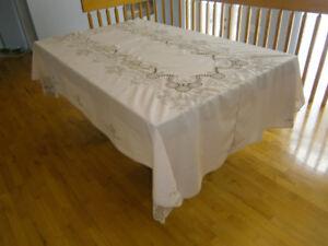 Nappe ancienne et serviettes brodées à la main