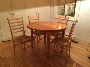 table ronde avec ses 4 chaises