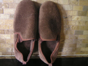 Men's Comfy, Warm Plush Brown Totes Slippers Size 8-9