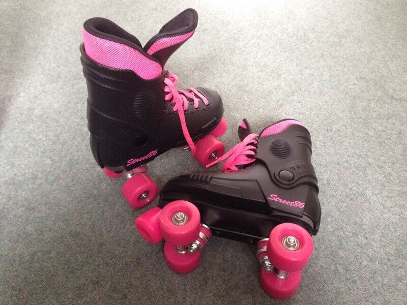 ONLY WORN ONCE GIRLS SKATES SIZE 1