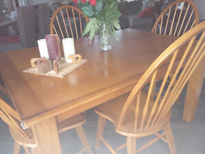 Lovely Dining Table w 6 chairs for sale like new