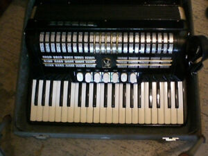 HOHNER 120 BASS Accordian with case