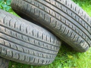A vendre 2 pneus d'été usagés sur jantes  205/65/R15 94T