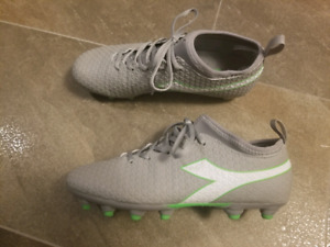 Size 9 womens soccer cleats