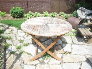 Table en bois pliante avec trou pour parasol